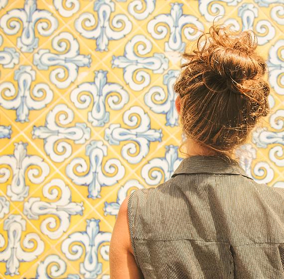 femme carreaux ciment jaune
